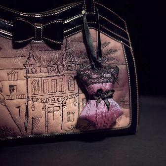 Les bijoux de sac en forme de corsets reviennent !