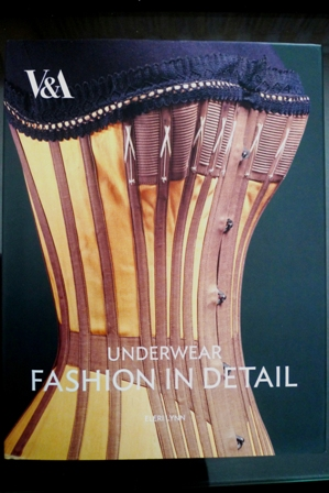 "Livre ""Underwear Fashion in Detail""- Eleri Lynn"