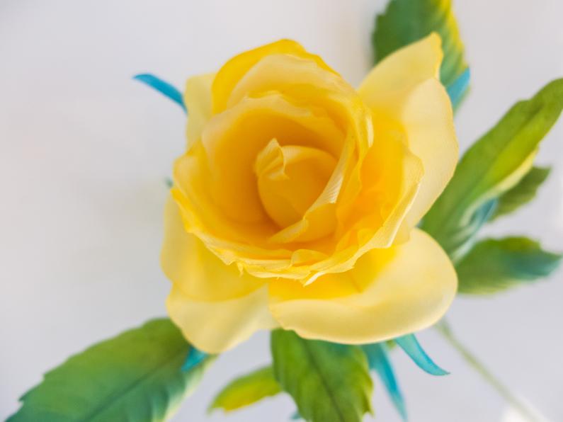 Petite rose en soie jaune