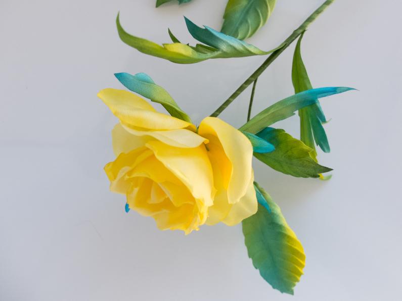 rose en soie jaune